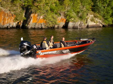 With its ridiculously fast holeshot and blazing top end speed this tiller is built to run through cold high waves in powerful comfort while keeping you dry and on your game